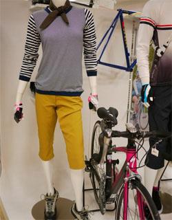 自転車通勤する女性の服装の ...