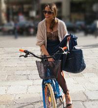 女性がスカートで自転車にのる ...